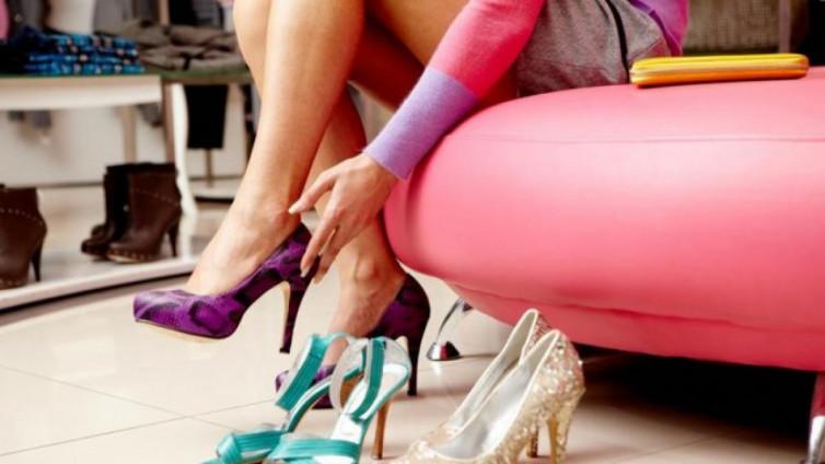 ade747d45 Если же обувь подошла по размеру, далее нужно осмотреть ее на предмет  качества. Здесь нужно попросить у продавца информацию о составе сырья, из  которого она ...