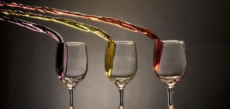 малинове вино в бокалах