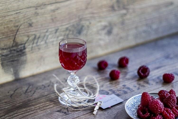 малинове вино в бокалі